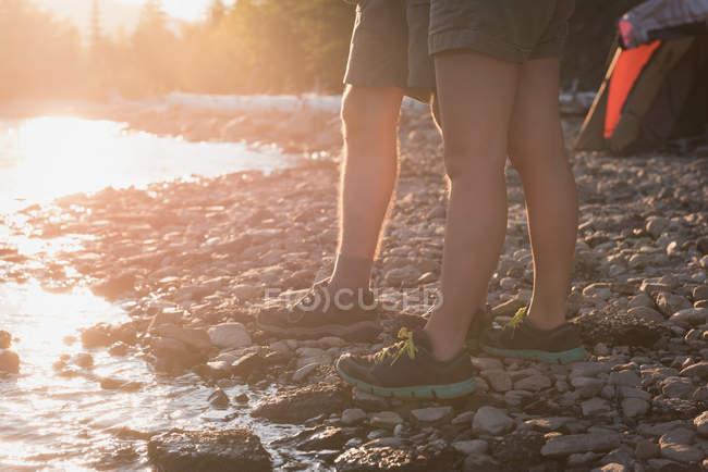 Couple standing near riverside — Stock Photo