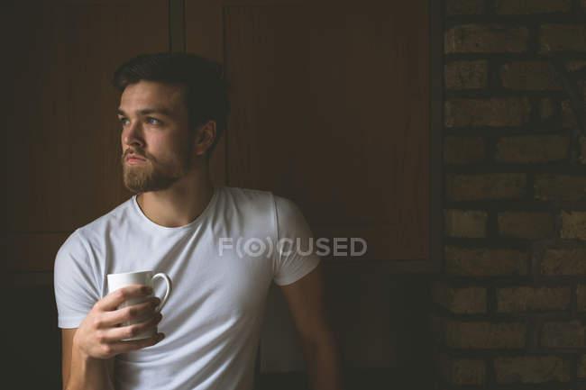 Uomo premuroso che prende un caffè a casa — Foto stock