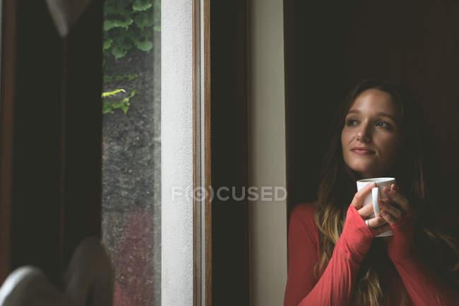 Bella donna che prende un caffè a casa — Foto stock