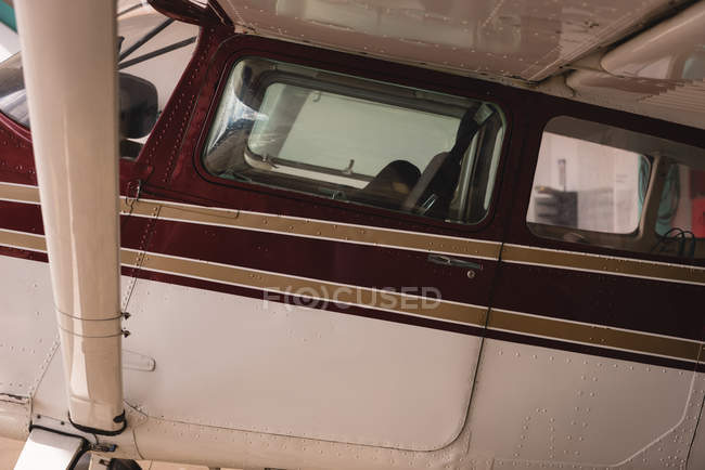 Close-up do avião estacionado no hangar aeroespacial — Fotografia de Stock