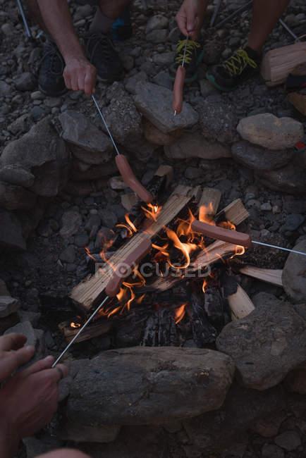 Група друзів випалу хот-доги на багаття — стокове фото