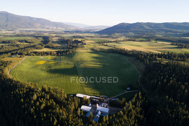 Luftaufnahme einer Biogasanlage auf dem Feld am Land — Stockfoto