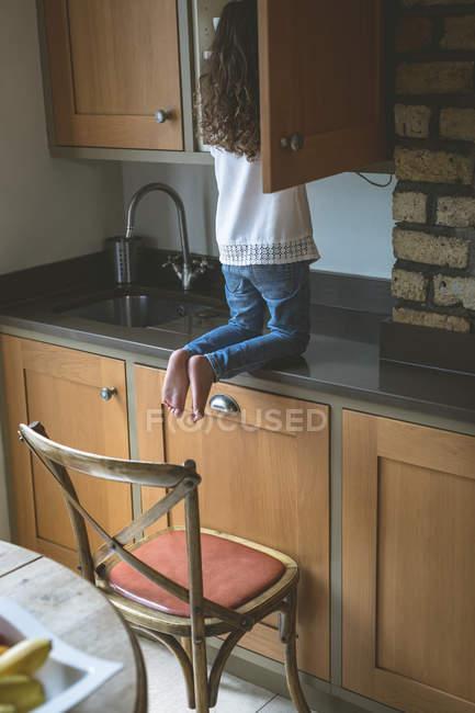 Rückansicht des Mädchens auf der Suche nach Essen in die Küche zu Hause — Stockfoto