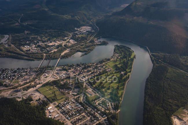Вид с воздуха на красивую реку и сельскую местность — стоковое фото