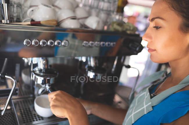 Жінка офіціантка приготування кави в харчової вантажівка — стокове фото