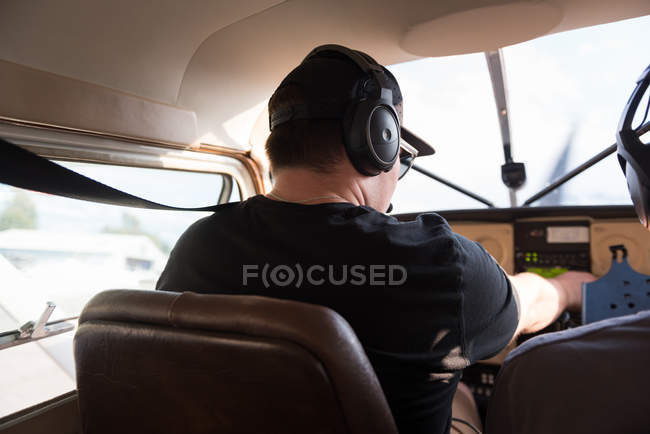 Rear view of pilot ready to fly aircraft — Stock Photo