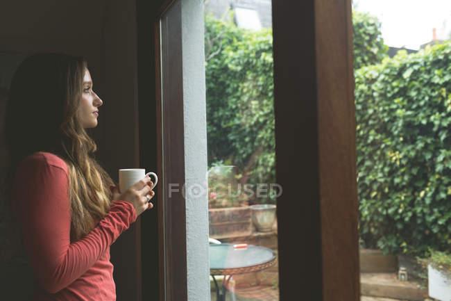 Продуманий одна жінка кави в домашніх умовах — стокове фото