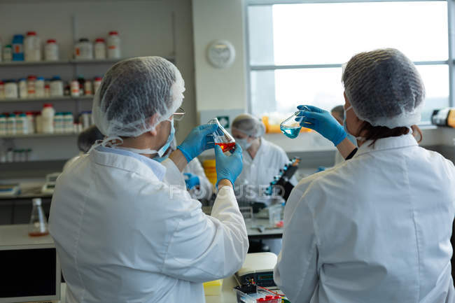Wissenschaftler experimentieren gemeinsam im Labor — Stockfoto