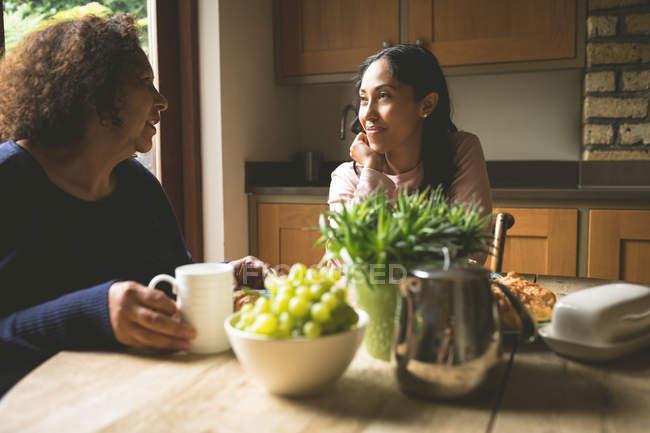 Mère et fille interagissant entre eux à la maison — Photo de stock