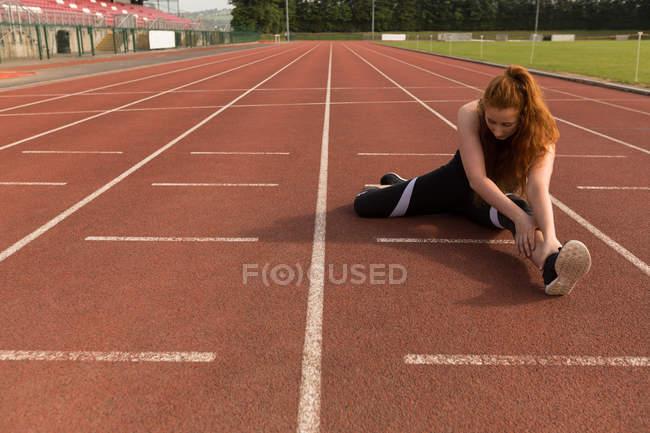 Молодая спортсменка занимается на беговой дорожке — стоковое фото