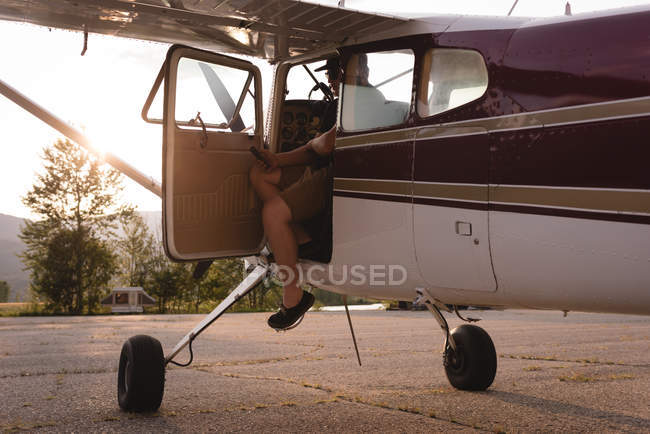Пілот виходив з літаків у сонячний день — стокове фото