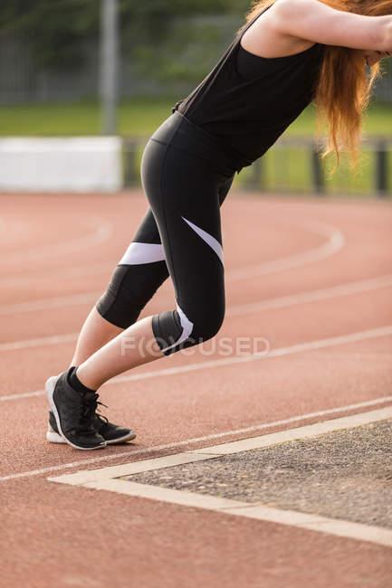 Вид сбоку на женские спортивные упражнения на беговой дорожке — стоковое фото