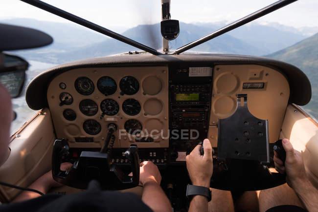 Primer plano de los pilotos que vuelan aviones de cabina - foto de stock