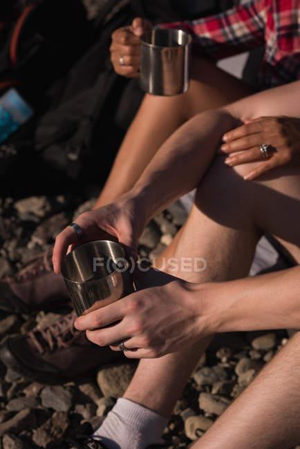 Close-up de casal tomando café ao acampar — Fotografia de Stock