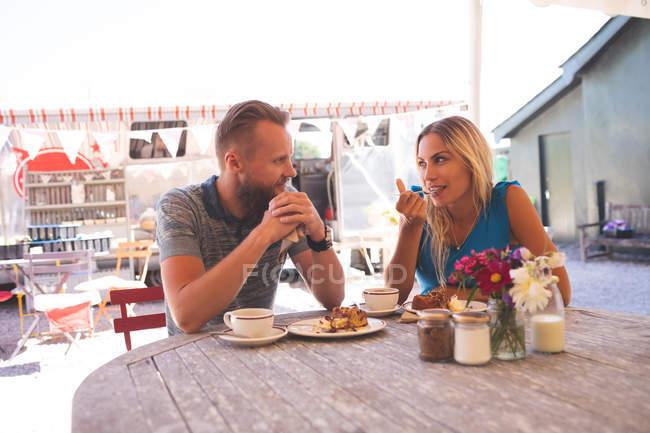 Romantic couple having breakfast in outdoor cafe — Stock Photo