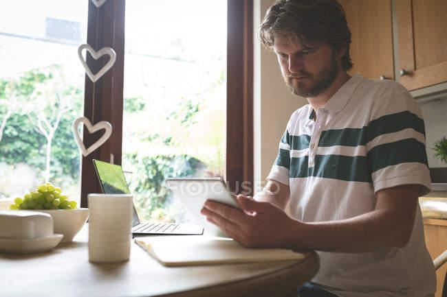 Mann nutzt digitales Tablet zu Hause auf Esstisch — Stockfoto
