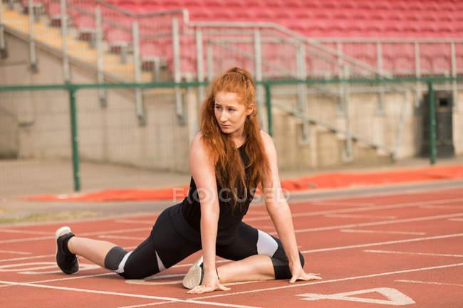 Молодая спортсменка занимается спортом на беговой дорожке — стоковое фото
