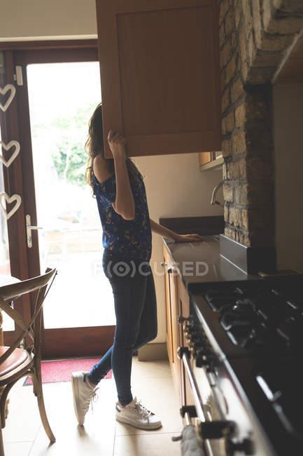 Frau auf der Suche nach Essen in die Küche zu Hause — Stockfoto