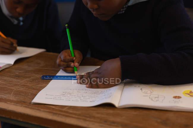 Studenti che studiano in classe a scuola — Foto stock
