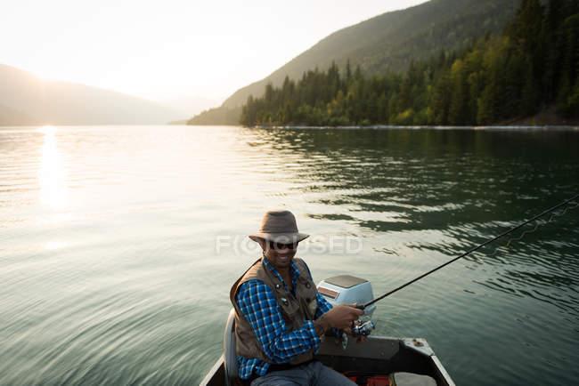 Pescador pesca no rio em um dia ensolarado — Fotografia de Stock