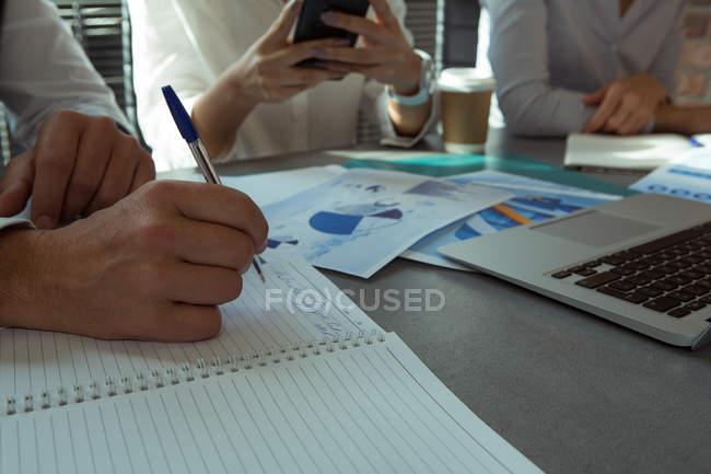 Закри виконавчий напис на щоденник на столі в офісі — стокове фото
