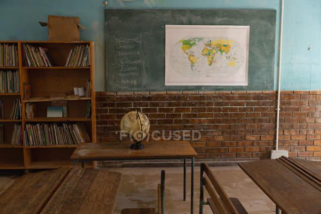 Глобус в пустом классе в школе — стоковое фото