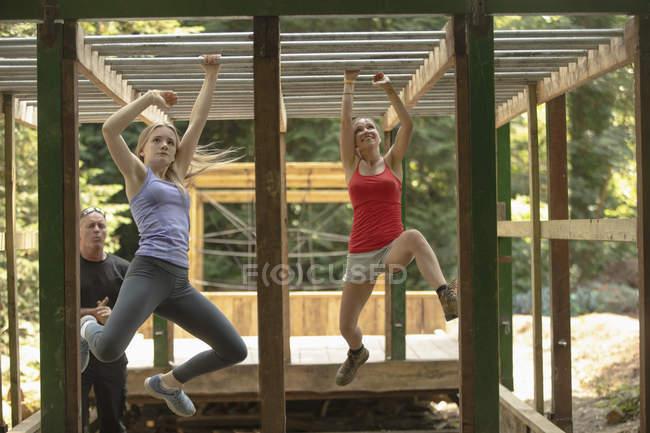 Adatto alle donne che si allenano oltre il percorso ad ostacoli al campo di addestramento — Foto stock