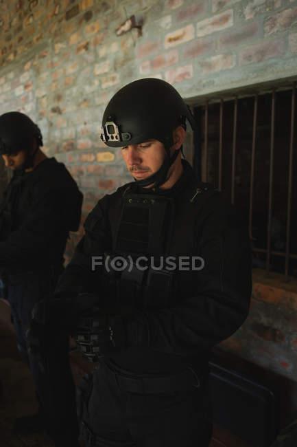 Soldats militaires avec fusil debout contre le mur pendant l'entraînement militaire — Photo de stock