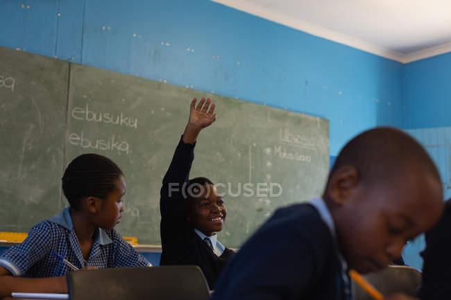 Estudantes que estudam em sala de aula na escola — Fotografia de Stock
