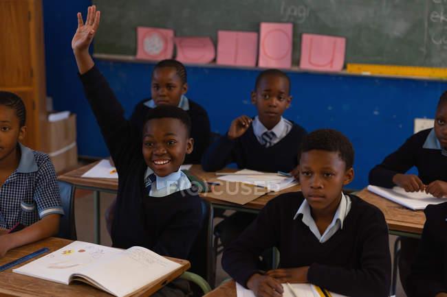 Collégiens étudient dans la salle de classe à l'école — Photo de stock