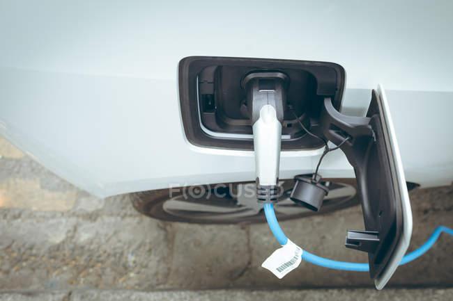 Gros plan de la voiture électrique, charge à la station de recharge — Photo de stock