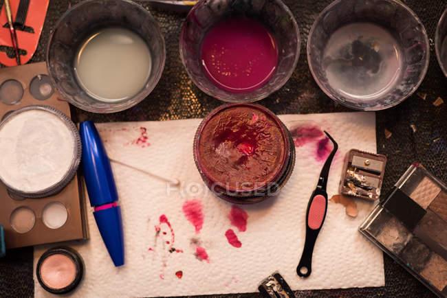 Primo piano di varie vernici e make-up box tenuti sul tavolo — Foto stock