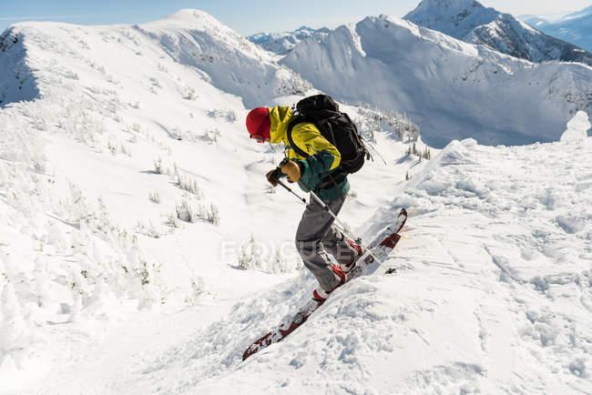 Skieur ski sur une montagne enneigée en hiver — Photo de stock