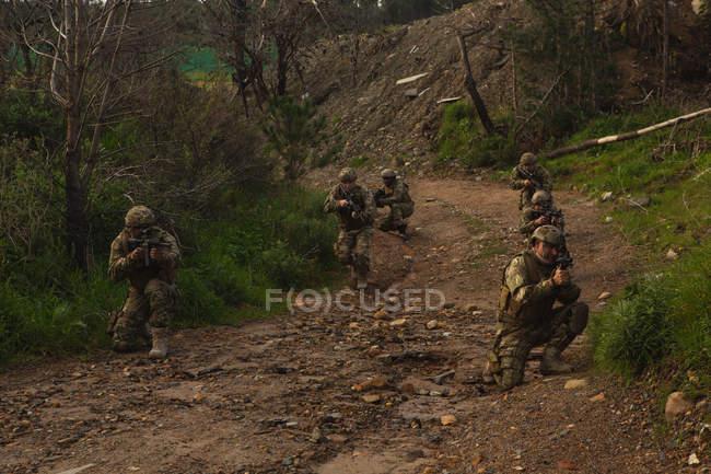 Soldados militares entrenando juntos durante el entrenamiento militar - foto de stock