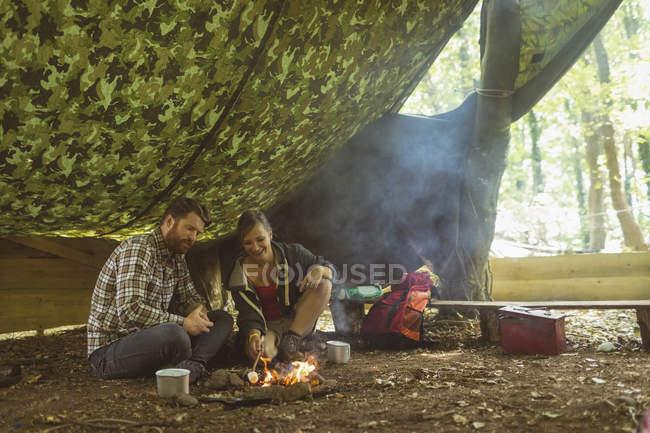 Casal feliz relaxante no acampamento — Fotografia de Stock