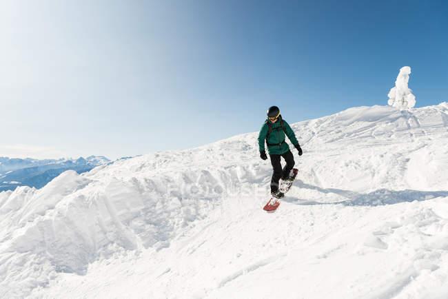 Лыжник, покататься на лыжах на снежные горы зимой — стоковое фото