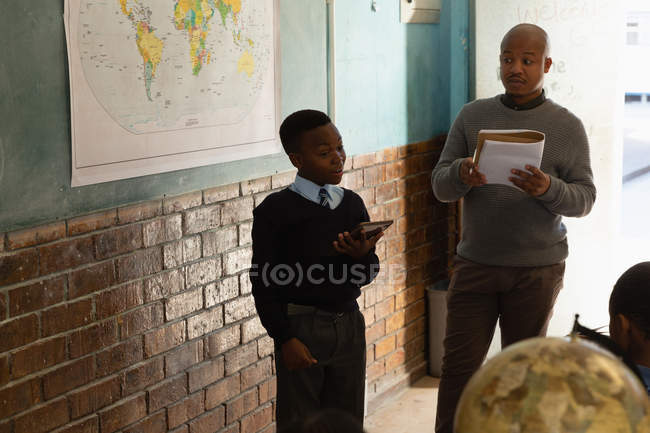 Школяр, використовуючи цифровий планшетний в класі в школі — стокове фото