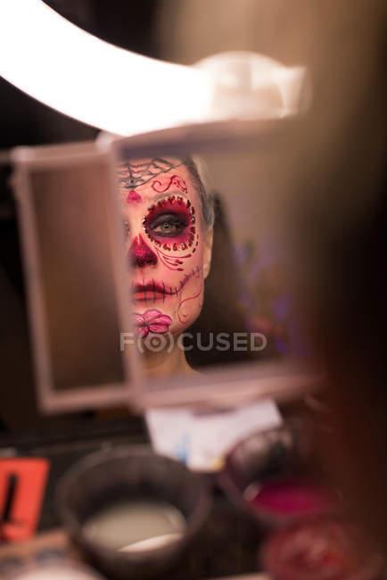 Femme habillée pour Halloween s'admirant dans le miroir — Photo de stock