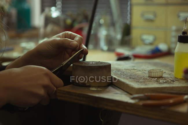 Nahaufnahme eines Schmuckdesigners, der in einer Werkstatt Schmuck herstellt — Stockfoto