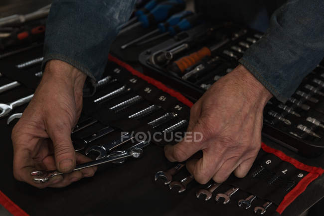 Close-up of mechanic arranging tools in garage — Stock Photo