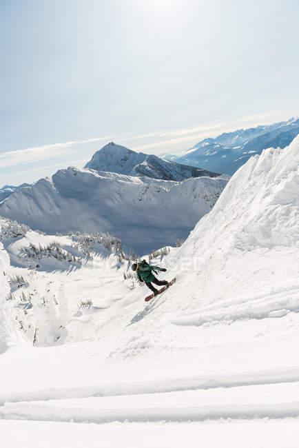 Skieur ski sur une montagne enneigée — Photo de stock