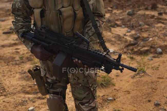 Metà di sezione di soldato militare di formazione durante l'addestramento militare — Foto stock
