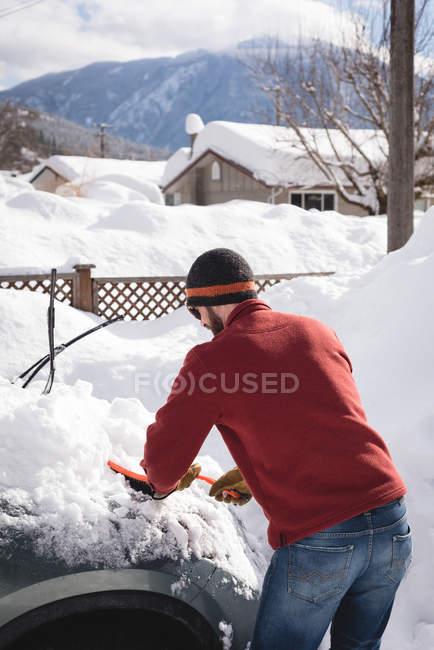 Vista posteriore dell'uomo che pulisce la neve durante l'inverno — Foto stock