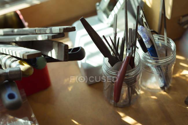 Закри ювелірний інструмент, організована на стенді — стокове фото