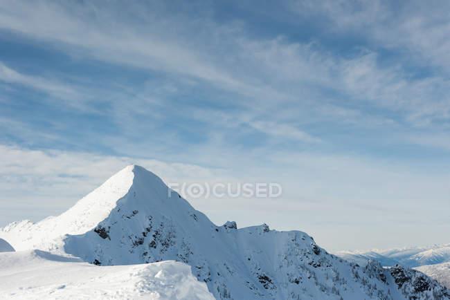 Зимой покрытые снегом горы — стоковое фото