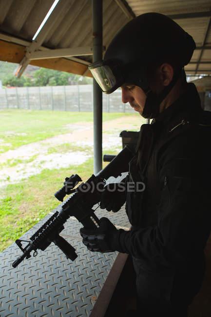 Вид збоку військових солдата стояли з гвинтівки під час військової підготовки — стокове фото