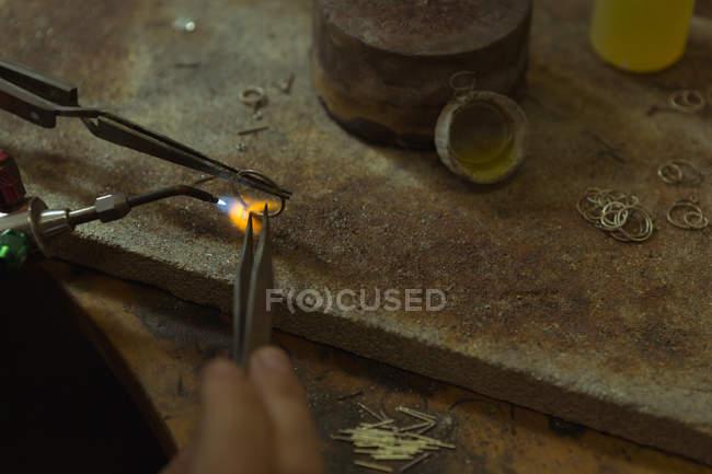 Крупный план ювелирного дизайнера, работающего в мастерской — стоковое фото