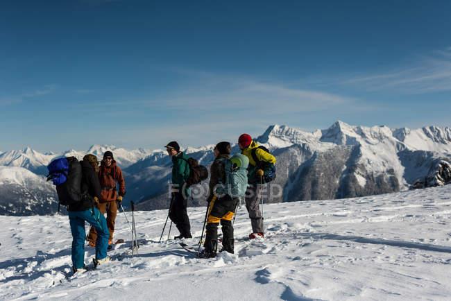 Группа подготовки лыжников, стоя на снежные горы в зимнее время — стоковое фото
