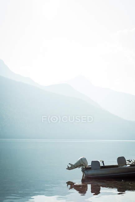 Пустой катер в реке — стоковое фото