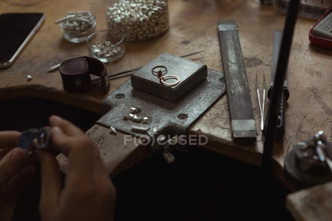 Nahaufnahme eines Schmuckdesigners, der in einer Werkstatt arbeitet — Stockfoto